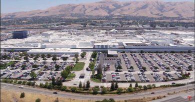 Druhé patro továrny Fremont roste neuvěřitelnou rychlostí