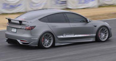 Tesla Model 3 dokazuje, že je doma na trati v japonské Grand Prix